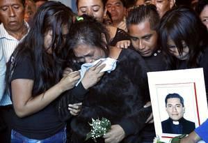 Familiares choram no sepultamento do padre José Alfredo Jiménez Foto: Marco Ugarte / AP