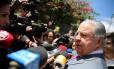 José Roberto Batochio, advogado de Palocci e Guido Mantega, conversa com jornalistas em foto tirada na semana passada, durante prisão de Mantega