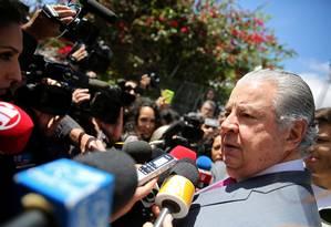 José Roberto Batochio, advogado de Palocci e Guido Mantega, conversa com jornalistas em foto tirada na semana passada, durante prisão de Mantega Foto: Nacho Doce / REUTERS