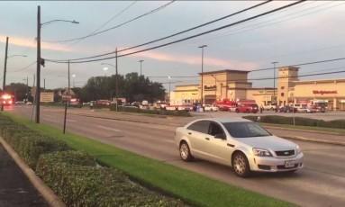 Frame de vídeo obtido da KHOU TV, em Houston, mostra veículos de emergência na cena de um tiroteio Foto: HO / AFP