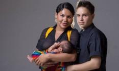 Diane e Fernando com o filho recém-nascido Foto: DIVULGAÇÃO
