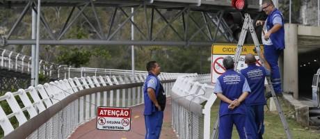 Agentes da prefeitura fazem manutenção no sinal da Ciclovia Tim Maia Foto: Pablo Jacob / Agência O Globo
