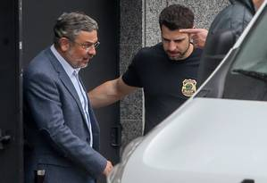 Antonio Pallocci deixa a sede da PF em São Paulo Foto: Pedro Kirilos / O Globo