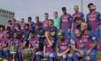 Antes da foto oficial, brincadeira entre Neymar e Mascherano alegraram o ambiente Foto: Reprodução / Barcelona