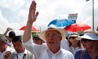 Ex- presidente colombiano Álvaro Uribe participa de marcha contra acordo de paz em Cartagena Foto: JOHN VIZCAINO / REUTERS