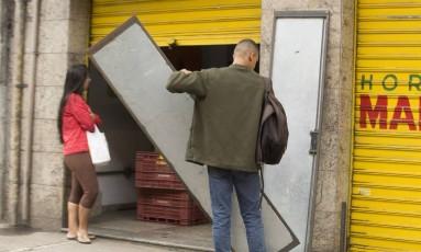 Comerciante fecha as portas no Catete, após ordem de traficantes Foto: Antonio Scorza / Agência O Globo