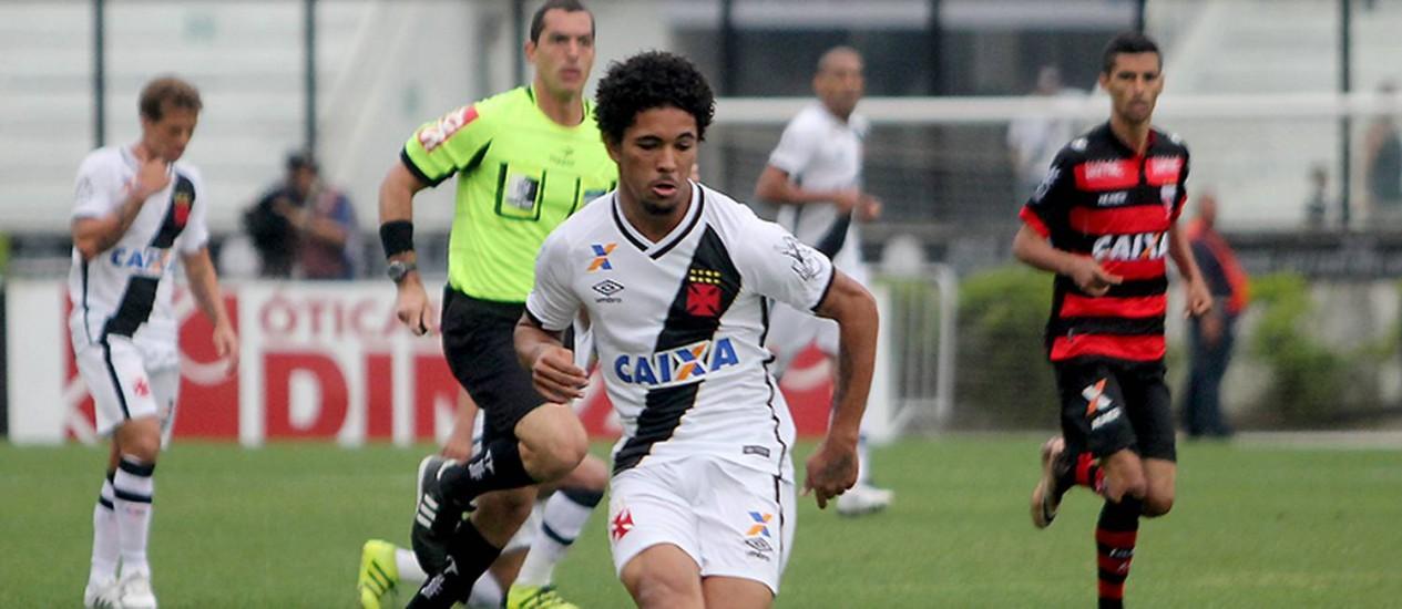 Grande revelação do Vasco em 2016, Douglas estendeu seu vínculo com o clube até o fim de 2019 Foto: Paulo Fernandes / Vasco