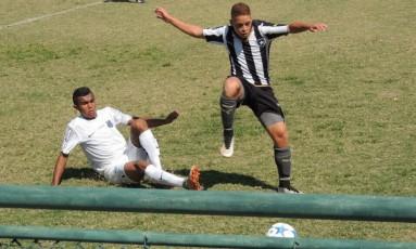 Gustavo Rodrigues ainda postava fotos com a camisa do clube em maio Foto: Reprodução / Twitter