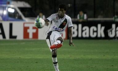 Alan Cardoso lança a bola na vitória do Vasco sobre o Atlético-GO Foto: Paulo Fernandes - Vasco