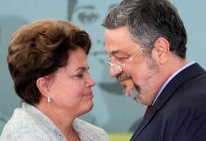 Dilma Rousseff e o ex-ministro Antonio Palocci durante cerimônia no Palácio do Planalto em 2011 Foto: EVARISTO SA / AFP