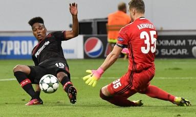Wendell, à esquerda, dá carrinho em partida do Bayer Leverkusen contra o CSKA, pela Liga dos Campeões Foto: Martin Meissner / AP