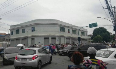 Movimentação do lado de fora do comitê, onde Falcon foi assassinado Foto: Divulgação