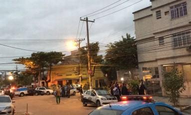 Local do crime foi isolado, e centenas de curiosos acompanham a movimentação dos investigadores Foto: O Globo