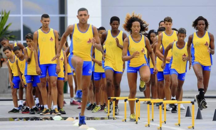 Projeto de atletismo ajuda crianças em Sulacap Foto: Nina Lima / Agência O Globo