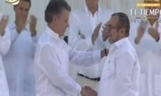 Santos e Timochenko apertam as mãos em cerimônia para assinatura de acordo de paz em Cartagena Foto: Reprodução