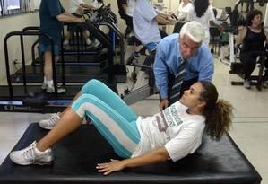 Em ação. Professor Claudio Gil orientando sobre a postura correta de fazer abdominal Foto: Gustavo Stephan / Gustavo Stephan/6-1-2004