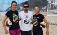 O trio. Fernanda Berti e Bárbara (à direita) posam ao lado do treinador Rico de Freitas, no Leblon, onde a dupla treina Foto: Divulgação