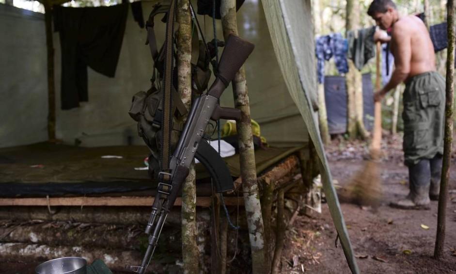 Um membro das FARC ( Forças Armadas Revolucionárias da Colombia varre seu alojamento em El Diamante, departamento de Caqueta. Hoje, dia da assinatura do acordo, em Cartagena, onde a paz foi selada depois de mais de cinqüenta anos de conflito, a rotina do acampamento dos guerrilheiros foi mantida. Foto: RAUL ARBOLEDA / AFP
