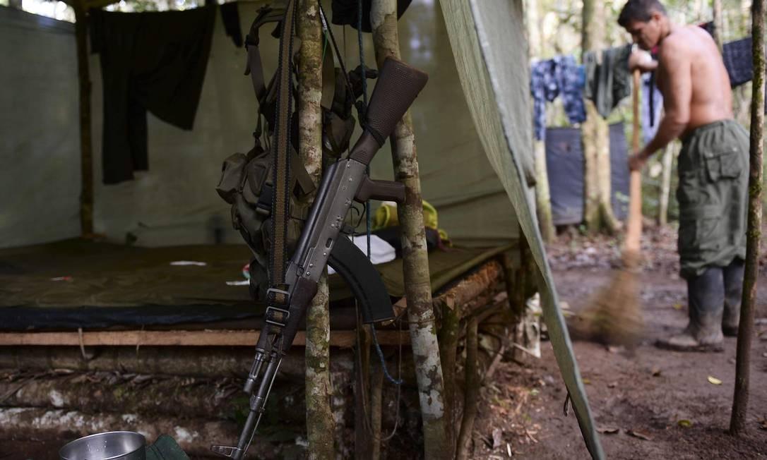 Um membro das Farc (Forças Armadas Revolucionárias da Colombia varre seu alojamento em El Diamante, departamento de Caqueta. Hoje, dia da assinatura do acordo, em Cartagena, onde a paz foi selada depois de mais de cinqüenta anos de conflito, a rotina do acampamento dos guerrilheiros foi mantida. Foto: RAUL ARBOLEDA / AFP