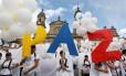 Em Bogotá, apoiadores do fim da guerra com as Farc simbolizam em cartazes o desejo pela paz Foto: Felipe Caicedo / REUTERS