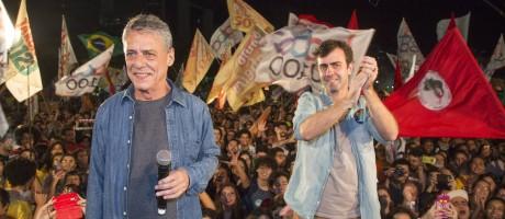 Chico Buarque e Freixo na Lapa Foto: Antonio Scorza / Agência O Globo