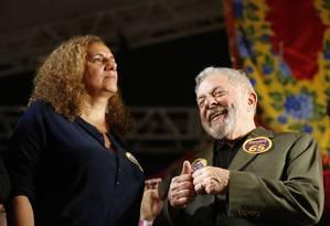 Ex-presidente Lula apoia candidata a prefeita do Rio Jandira Feghali (PC do B) durante comìcio em Bangu Foto: Domingos Peixoto / Agência O Globo