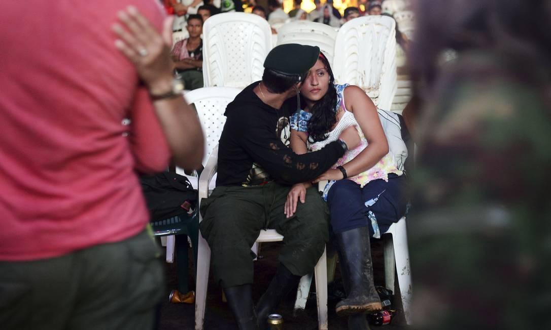 Momento de descontração durante um baile no campo de El Diamante Foto: RAUL ARBOLEDA / AFP