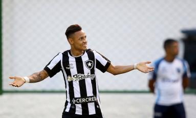 Neílton comemora um de seus gols pelo Botafogo no Brasileiro Foto: Satiro Sodré/SSPress/Botafogo