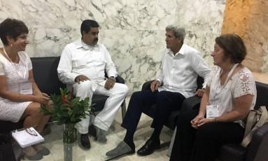John Kerry, à direita, se reúne com Nicolás Maduro, à esquerda, em Cartagena Foto: Vivian Salama / AP