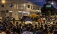 Curiosos junto ao prédio do comitê da campanha de Falcon: bandidos encapuzados, armados de fuzis, invadiram o lugar e executaram o presidente da Portela