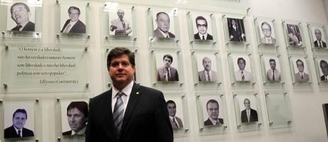 O deputado federal Baleia Rossi (SP), líder do PMDB na Câmara, no gabinete da liderança peemebista Foto: Ailton de Freitas / Agência O Globo
