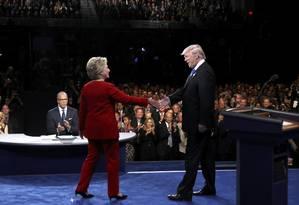 Hillary e Trump se cumprimentam antes de debate Foto: REUTERS