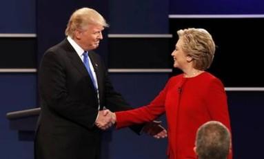 Hillary e Trump se cumprimentam no primeiro debate debate Foto: Reuters