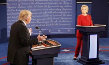 Trump fala durante o debate na Hofstra University, em Hempstead, Nova York, observado pela rival democrata, Hillary Clinton Foto: RICK WILKING / REUTERS