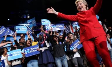 Candidato presidencial dos EUA Hillary Clinton se reúne com apoiadores de campanha após o primeiro debate com Donald Trump, em Westbury, Nova York Foto: CARLOS BARRIA / REUTERS