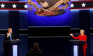 Donald Trump e Hillary Clinton falam no primeiro debate entre os candidatos na Universidade de Hofstra, em Nova York Foto: MIKE SEGAR / REUTERS