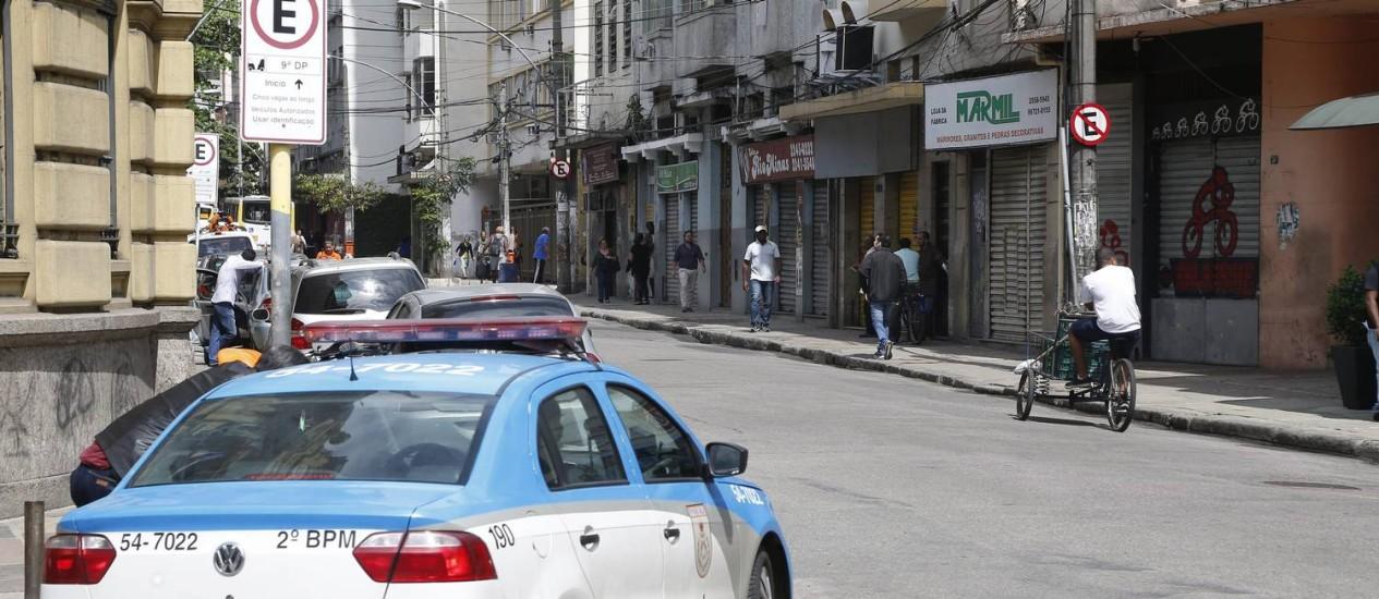 Comércio fechado na Rua Pedro Américo, no Catete Foto: Marcelo Carnaval / Agência O Globo