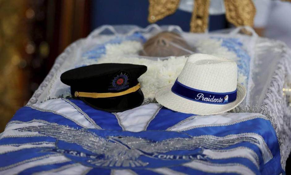 Quepe da Polícia Militar e o chapéu da Portela são colocados sobre o caixão do presidente da Portela Marcos Falcon Foto: Pablo Jacob / O Globo