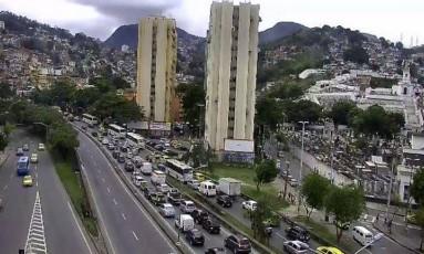 Trânsito está engarrafado no Elevado Trinta e Um de Março em direção ao Túnel Santa Bárbara Foto: Centro de Operações Rio / Divulgação