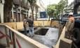 Bueiro que explodiu foi isolado no domingo após explosão Foto: Ana Branco em 25/09/2016 / Agência O Globo