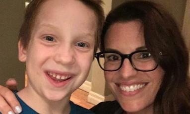 O ator transgênero Jackson Millarker, de oito anos, com a diretora Ryan Case Foto: Reprodução/Instagram