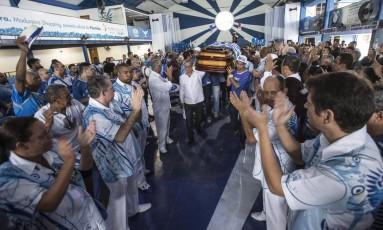 Sob aplausos o caixão com o corpo de Marcos deixa a quadra da Portela Foto: Alexandre Cassiano / Agência O Globo