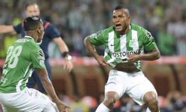 Miguel Borja, à direita, marcou um dos gols do campeão Atlético Nacional na final contra o Independente Del Valle, na Libertadores deste ano Foto: Luis Benavides / AP