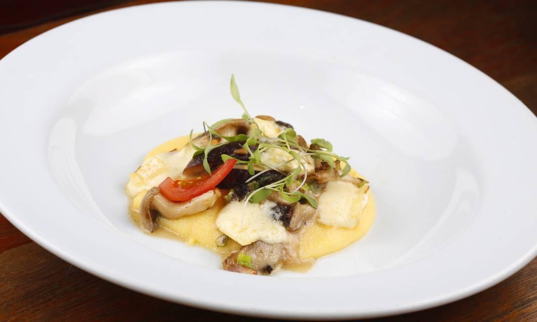 Polenta com cogumelos pode ser servida como entrada Fábio Rossi / Agência O Globo