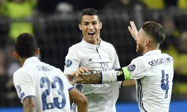 Cristiano Ronaldo comemora com Sergio Ramos e o brasileiro Danilo o gol que abriu o placar para o Real Madrid contra o Borussia Dortmund Foto: Martin Meissner / AP
