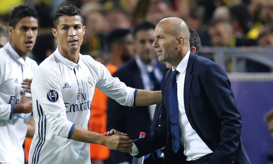 Tudo em paz: Cristiano Ronaldo cumprimenta o técnico Zidane ao fazer o primeiro gol do Real contra o Borussia Michael Probst / AP