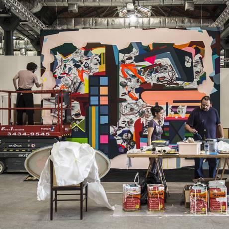 O artista alemão Franz Ackermann (à direita na foto) prepara a instalação que será apresentada no estande da Galeria Fortes Vilaça Foto: Ana Branco / Agência O Globo