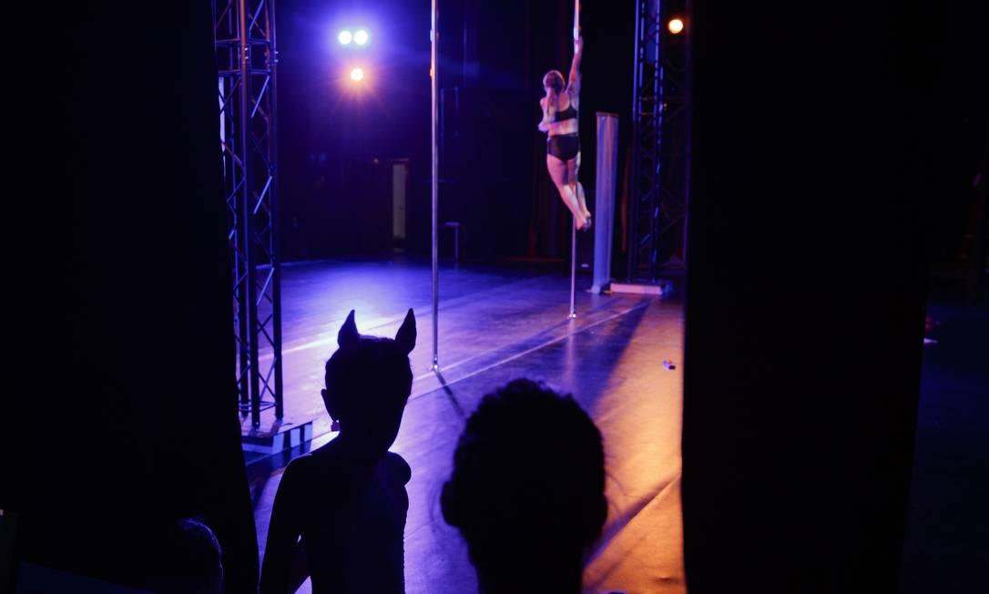 Diana Romaniuc, 7 anos, à esquerda, assiste à uma performance durante a competição Vadim Ghrida / AP