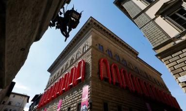 Os 22 botes pendurados na fachada do histórico Palazzo Strozzi, em Florença, fazem parte da exposição do artista plástico chinês Ai Weiwei Foto: Alessandro Bianchi / Reuters