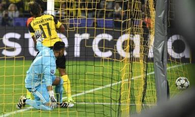 Diante de um abatido Navas, Aubameyang corre para comemorar o primeiro gol do Borussia contra o Real Madrid Foto: Martin Meissner / AP